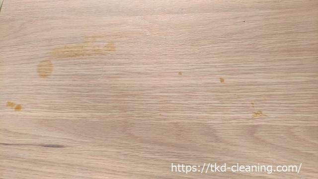テーブルの黒っぽいシミの画像
